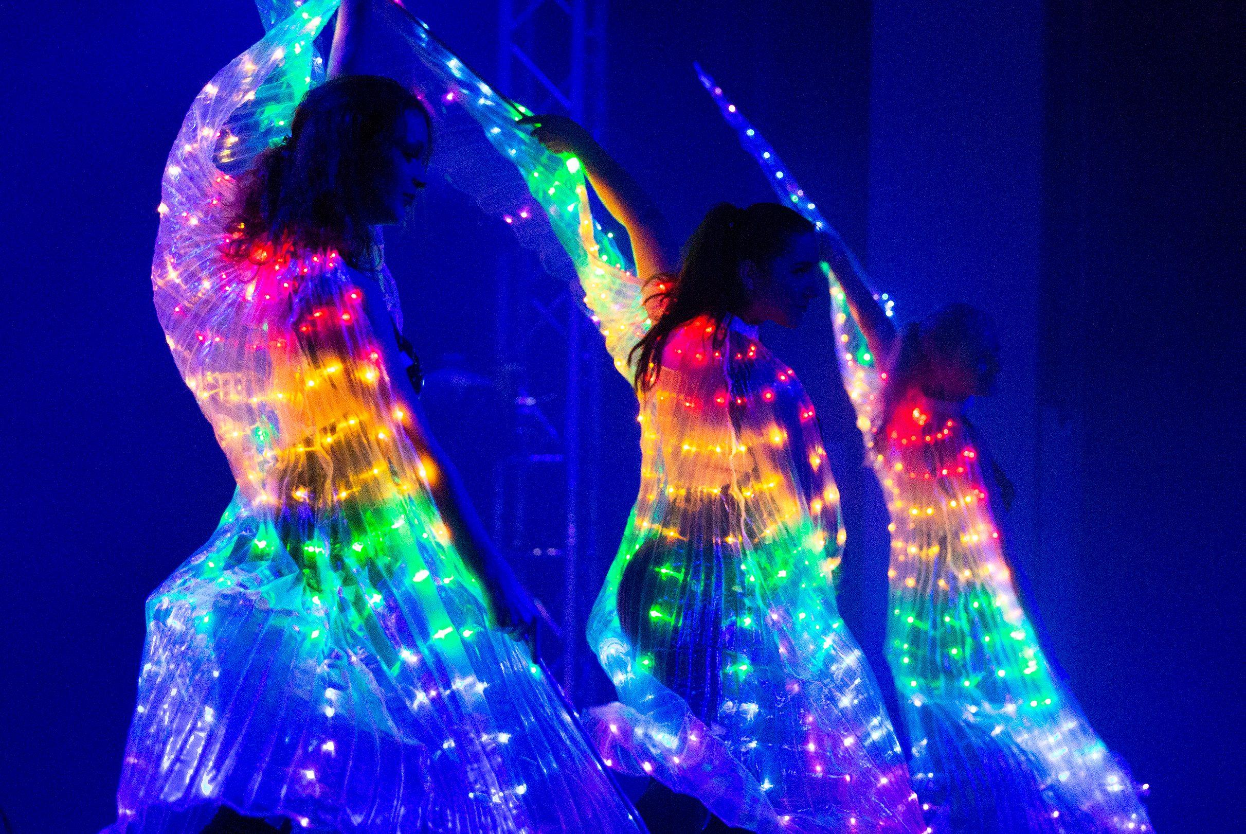 Als würde man in den dunklen Nachthimmel sehen und die Sterne fangen an zu tanzen. Lichtershow aus Sachsen.